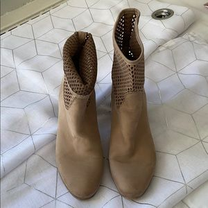 Selling a pair of shoe boots